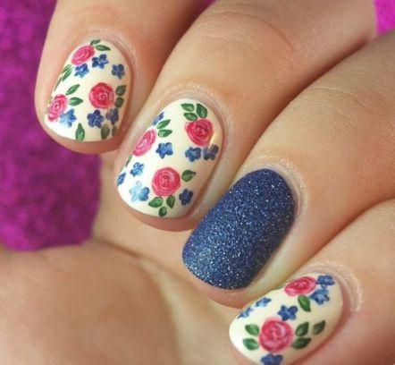 flores-con-uñas-azules-1