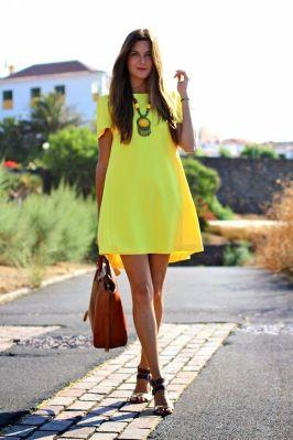 vestido-amplio-amarillo-sandalias-planas-doradas-bolsa-tote-marron-original-12005